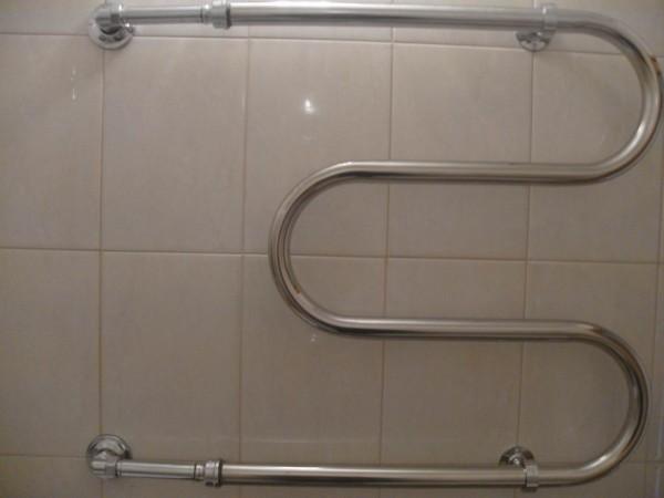 Из-за стенки выведен дополнительный полотенцесушитель.