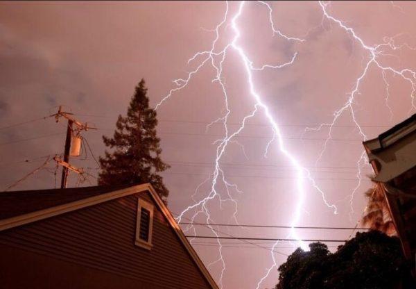 Избежать удара молнии практически нереально, но вот минимизировать его последствия — можно!