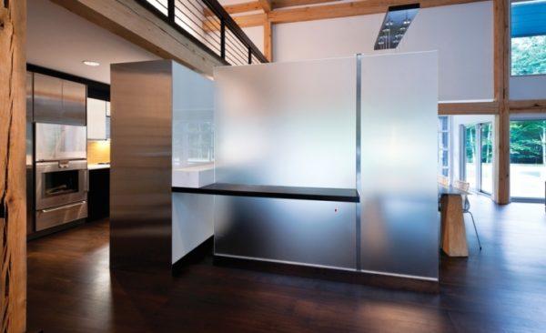 Изделия могут отличаться по типу конструкции и по цвету стекла