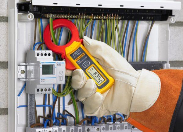 Измерение тока в контуре защитного заземление позволяет выявить утечку напряжения на землю.