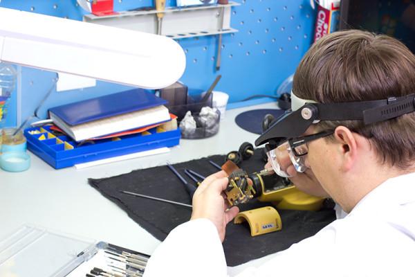Качественный ремонт лазерной указки предполагает не только наличие квалифицированного специалиста, но также и необходимых запчастей