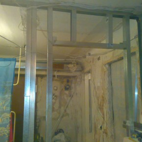 Как правило, горизонтальная перемычка вверху соединяется двумя вертикальными с потолочной стойкой