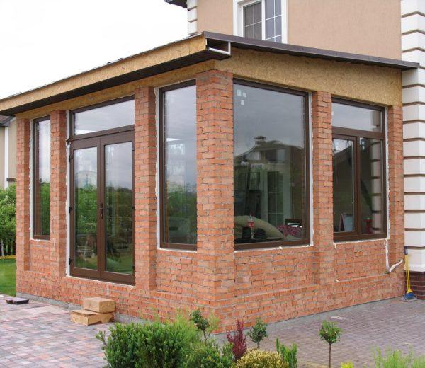 Капитальная кирпичная пристройка с пластиковыми окнами, возведенная на ленточном фундаменте.
