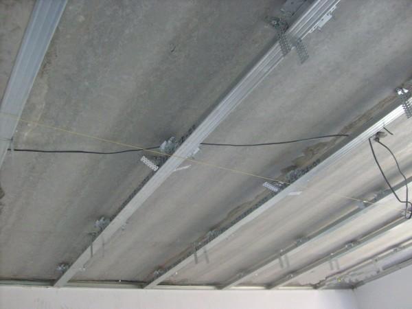 Каркас для ровного потолка с натянутой для контроля нитью.