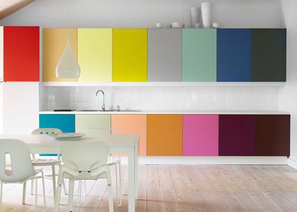 Каждая дверка разного цвета – настоящая радуга