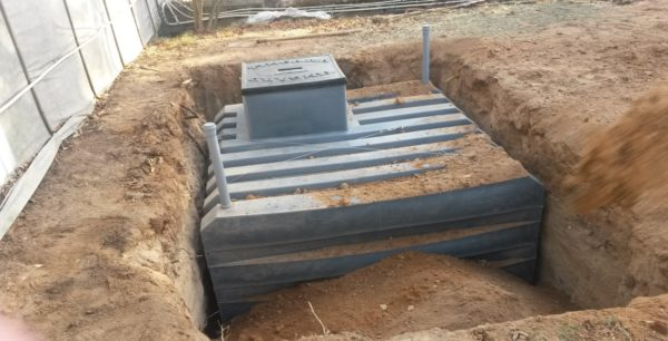 Кессонный погреб из пластика вполне можно заменить конструкцией из металла или бетона.
