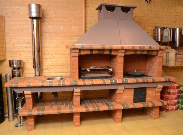 Кирпичная печка барбекю сочетает в себе функции полноценной летней кухни.