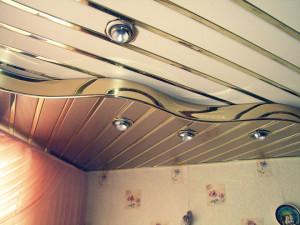 Комбинированный двухуровневый потолок из реечных панелей МДФ.