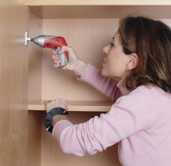 Компактной аккумуляторной отвёрткой удобно собирать мебель даже женской рукой