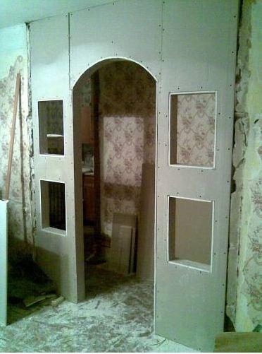 Конструкция с аркой и окнами