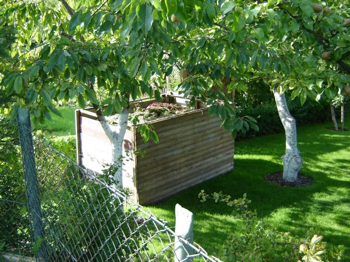 Конструкцию лучше располагать под деревьями или там, где на нее солнце будет светить не более пары часов в день