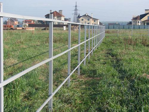 Конструкция обязательно красится, чтобы забор из поликарбоната был и привлекательным, и долговечным