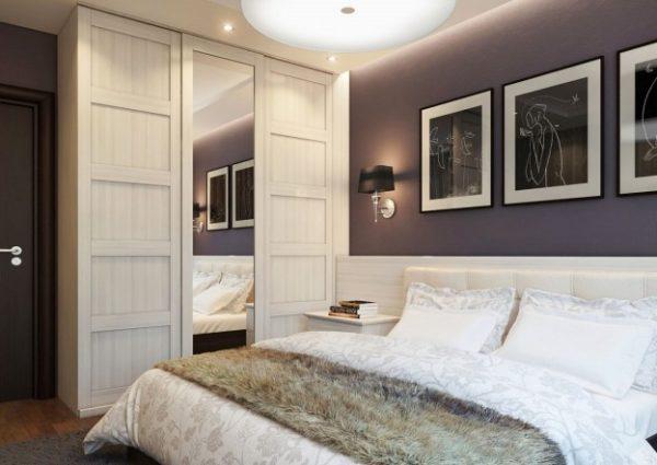 Контраст темных стен со светлой обстановкой — довольно популярное решение.