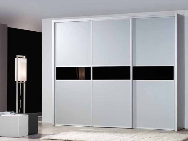 Корпусный шкаф-купе с раздвижными дверями.