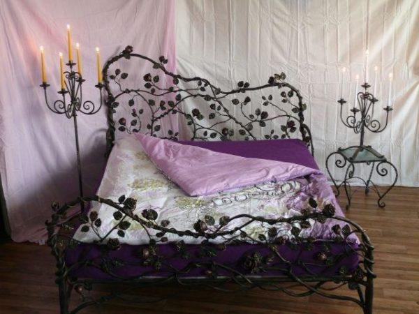 Кованые кровати с красивой спинкой способны служить не только местом для отдыха и сна, но и настоящим украшением вашей спальни