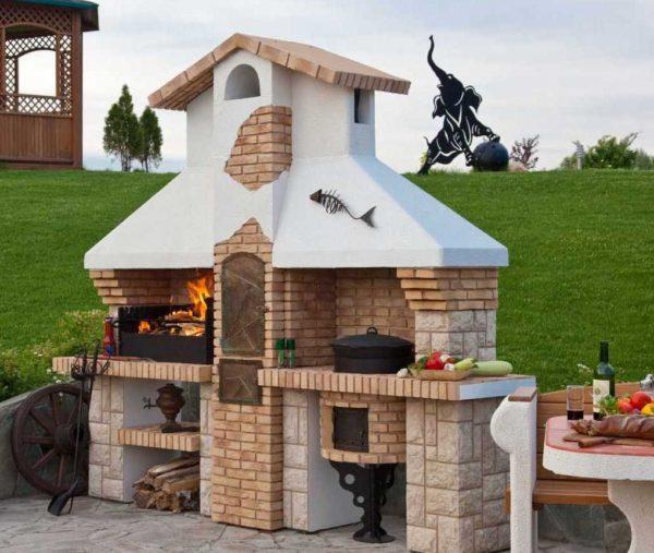 Красиво оформленная печка барбекю может стать украшением вашего участка.