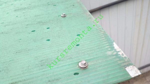 Крепление выполнено саморезами по металлу с резиновыми прессшайбами.