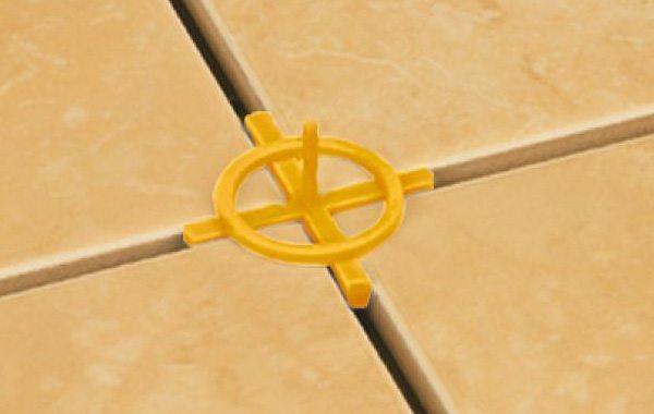 Крестики для плитки с перемычками фиксируют швы и контролируют высоту уложенного покрытия