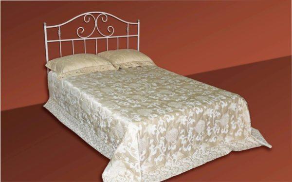 Кровати с кованными спинками наделяют спальню особым шармом, модель «Персея» в этом не исключение