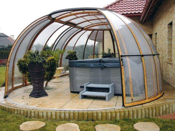 Купольная беседка со сдвижным сектором купола вместо двери. Форма обеспечивает максимальную устойчивость к ветровым и снеговым нагрузкам.