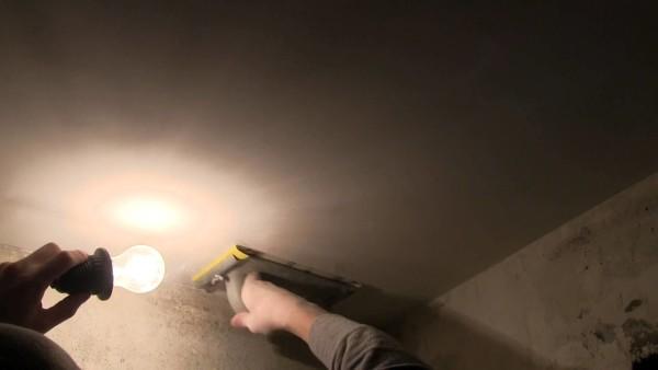 Лампочка позволяет контролировать качество шлифовки потолка