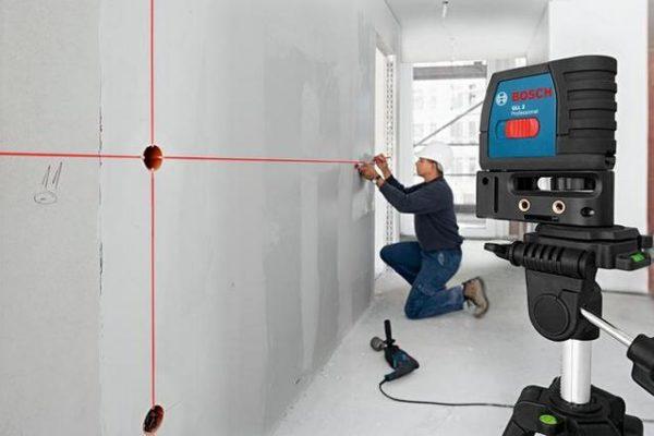 Лазерный уровень используется не только для разметки строительных конструкций, но и помогает выставить розетки на одном уровне по всему помещению