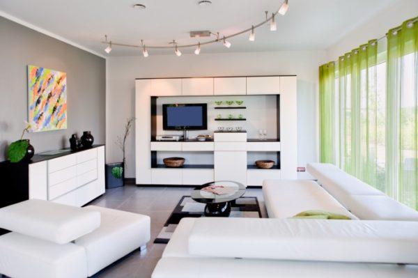 Легкие шторы и яркая картина как сглаживающий элемент черно-белого интерьера.