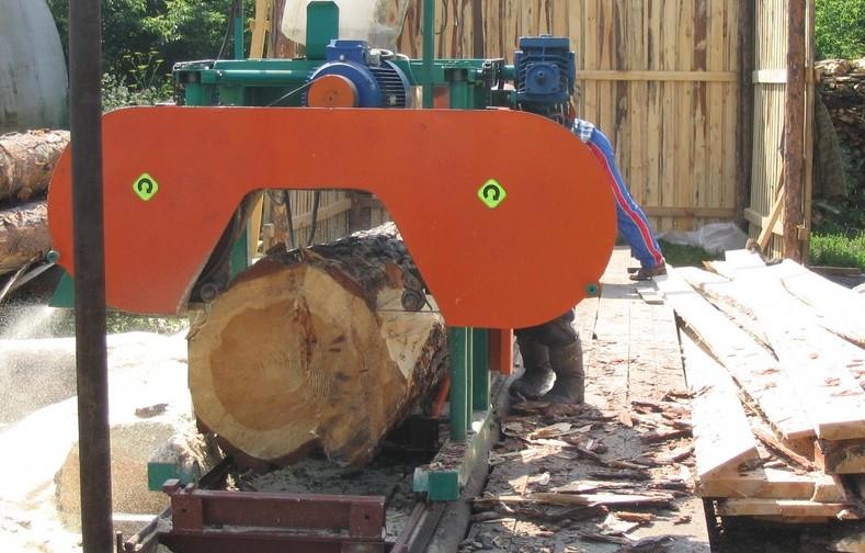 Ленточная пилорама «Алтай-700» во время работы