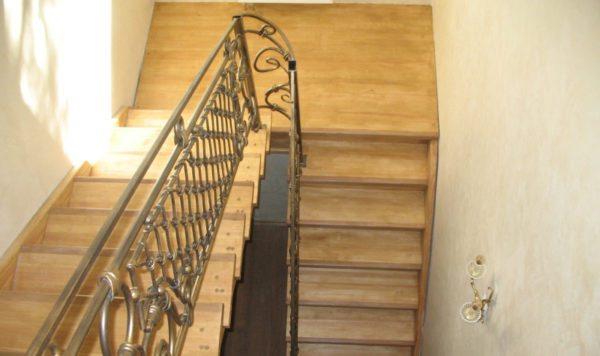 Лестница с площадкой наиболее удобна в эксплуатации
