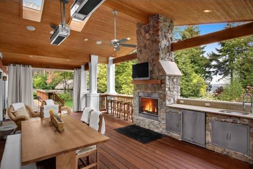 Летняя кухня с отделкой из дерева
