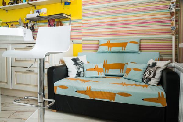 «Лисий» диван отлично увязался с концепцией интерьера