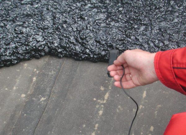 Литая влагоизоляция — это асфальтовый раствор, его толстый слой надежно защищает основание от влаги.