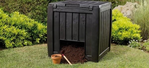 Люк позволяет набирать компост, не залезая в емкость