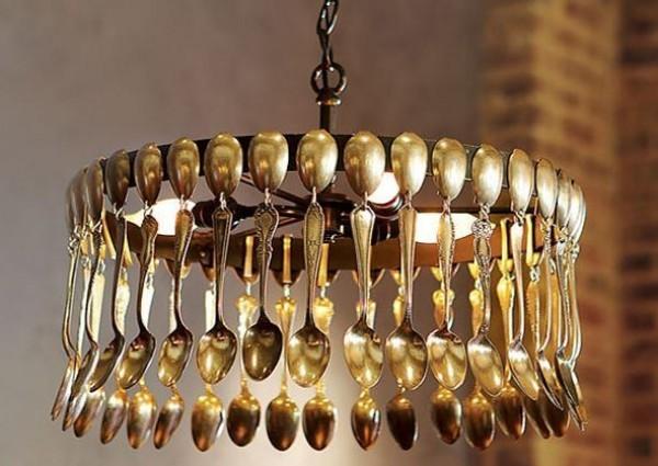 Люстра из металлических ложек. Вилки и столовые ножи тоже не возбраняются