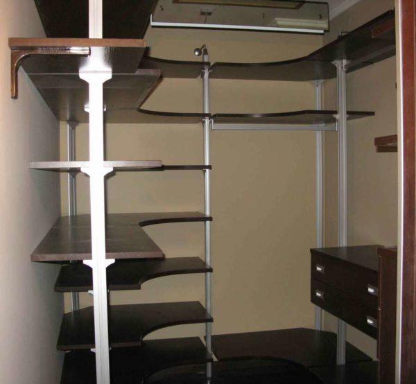 Маленькие гардеробные комнаты из кладовки могут быть очень удобными и функциональными