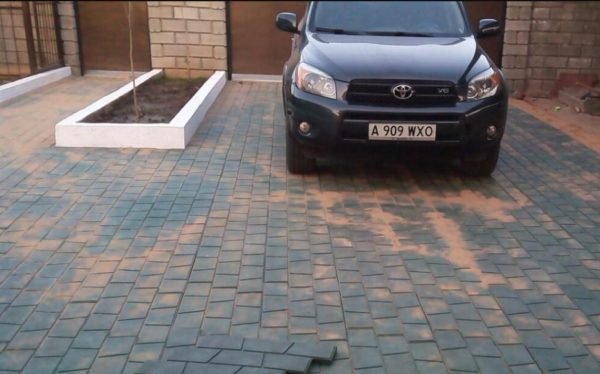 Материал этот достаточно прочный даже для мощения подъездных путей — например, площадок перед гаражом