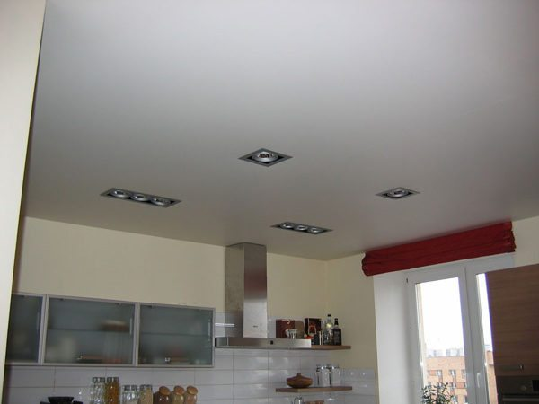 Матовое полотно выглядит как хорошо зашпаклеванный крашеный потолок
