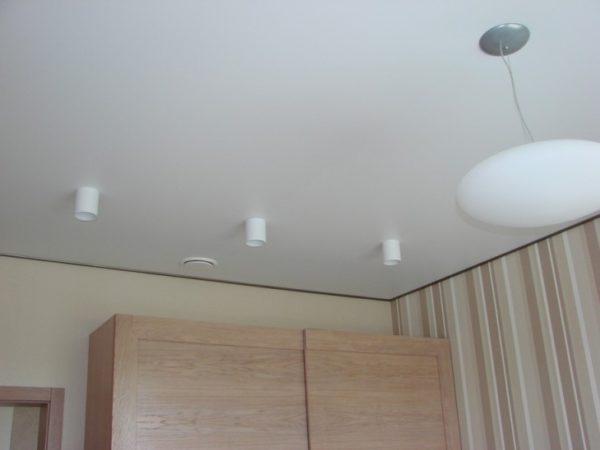 Матовый потолок визуально не отличается от обычного окрашенного