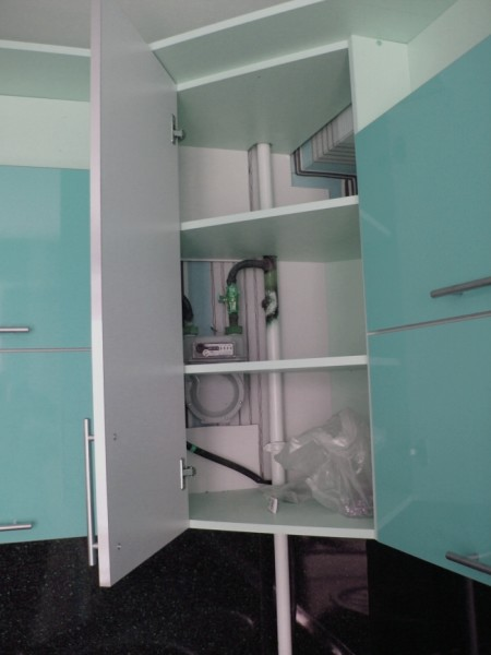 Мебель без задней стенки – отличный способ спрятать газовую трубу