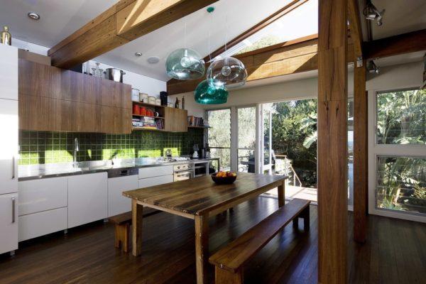 Мебель, пол и даже балки на потолке лучше сделать из натурального дерева в одном цвете