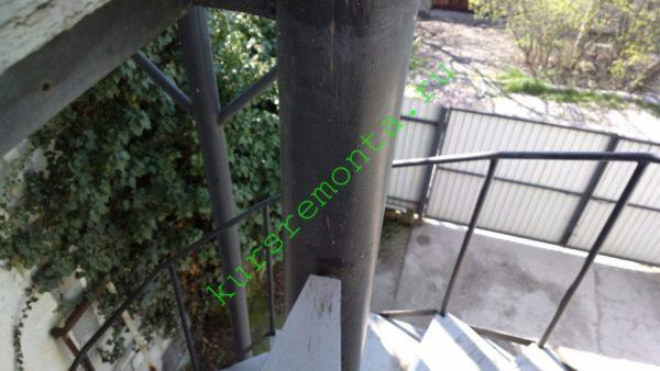 Металлический каркас балкона на фото окрашен алкидной эмалью ПФ-115.