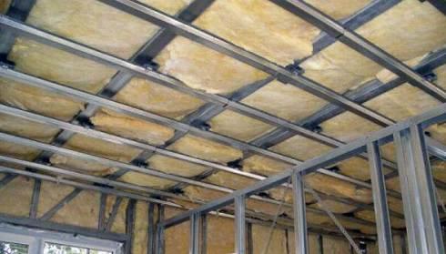 Металлический каркас под гипсокартон может помочь и с утеплением помещения, достаточно только выбрать подходящий утеплитель