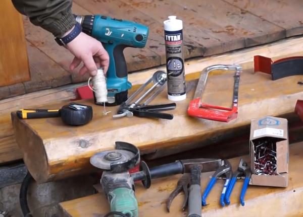 Минимальный набор инструмента для монтажа отливов.