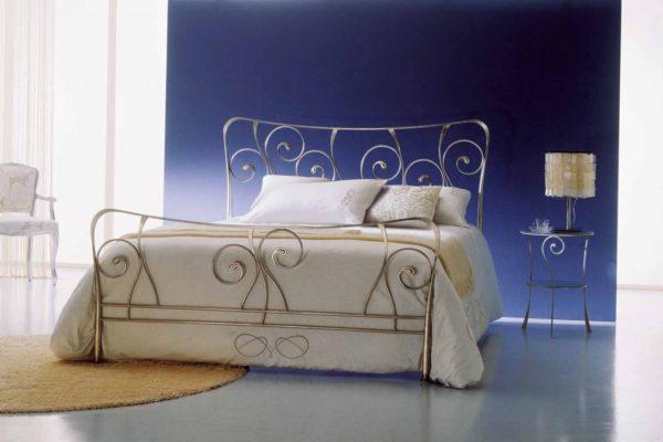 Модель «Изабель» наиболее эффектно смотрится в окружении мебели, сделанной также посредством ковки