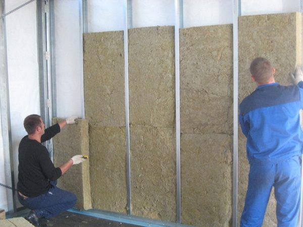 Монтаж каменной ваты своими руками гораздо безопаснее, чем аналогичные манипуляции со стекловатой или шлаковатой, так как её волокна не колки