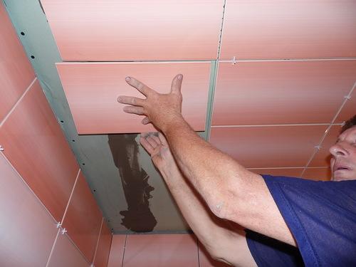 Монтаж керамической плитки на гипсокартонный потолок