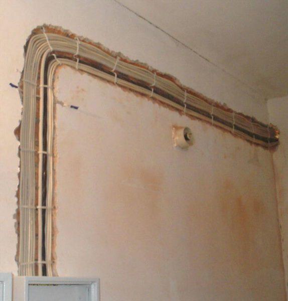 Монтаж скрытой проводки на стадии черновой отделки дома.