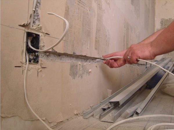 Монтаж скрытой проводки при отделке коттеджа.