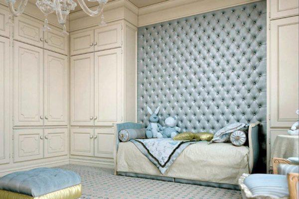 Мягкие панели над кроватью в детской это красиво и безопасно.