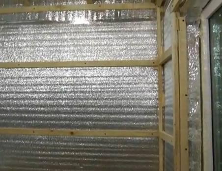 На балконе можно использовать современный материал с отражающей поверхностью – Пенофол